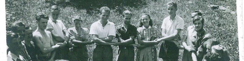 Historisches Foto: Freiwillige zusammen für Friedensarbeit