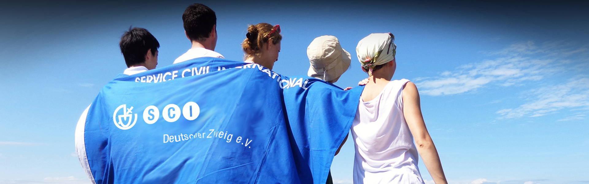Menschen mit Flagge des Service Civil International SCI